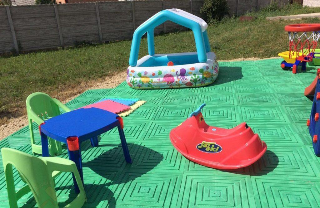 Из чего сделать покрытие детских площадок