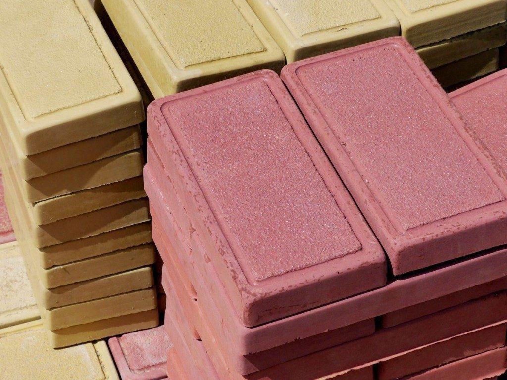Какая плитка качественнее — самодельная или промышленная?