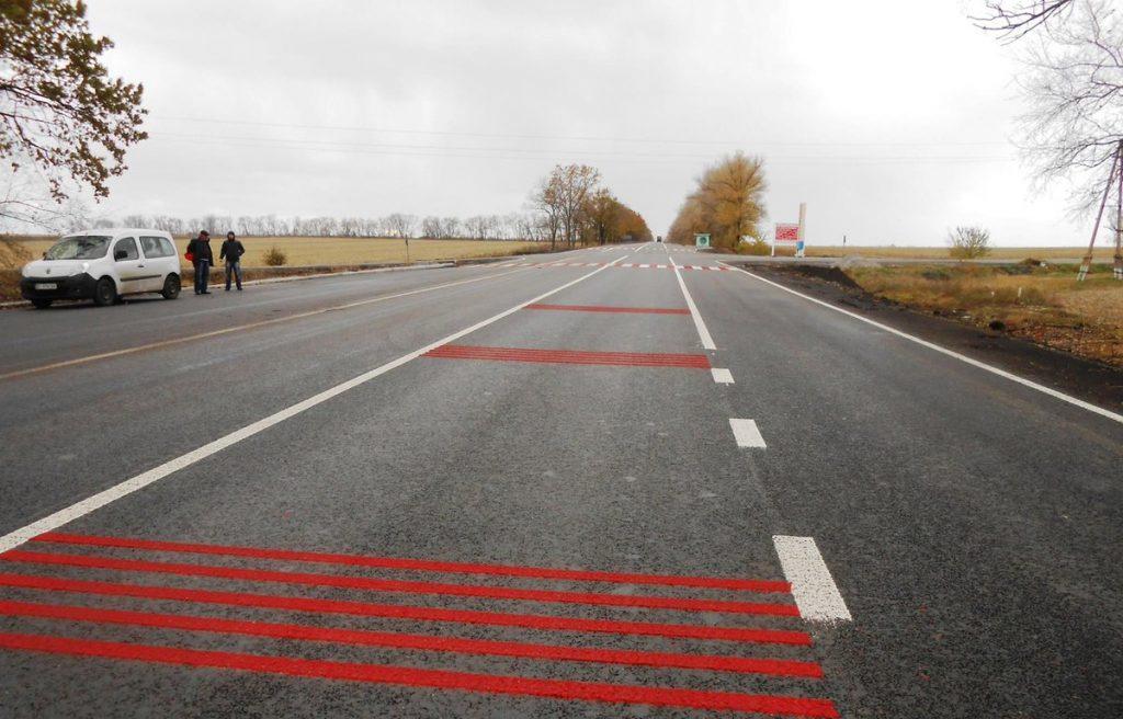 Шумовые полосы на дороге