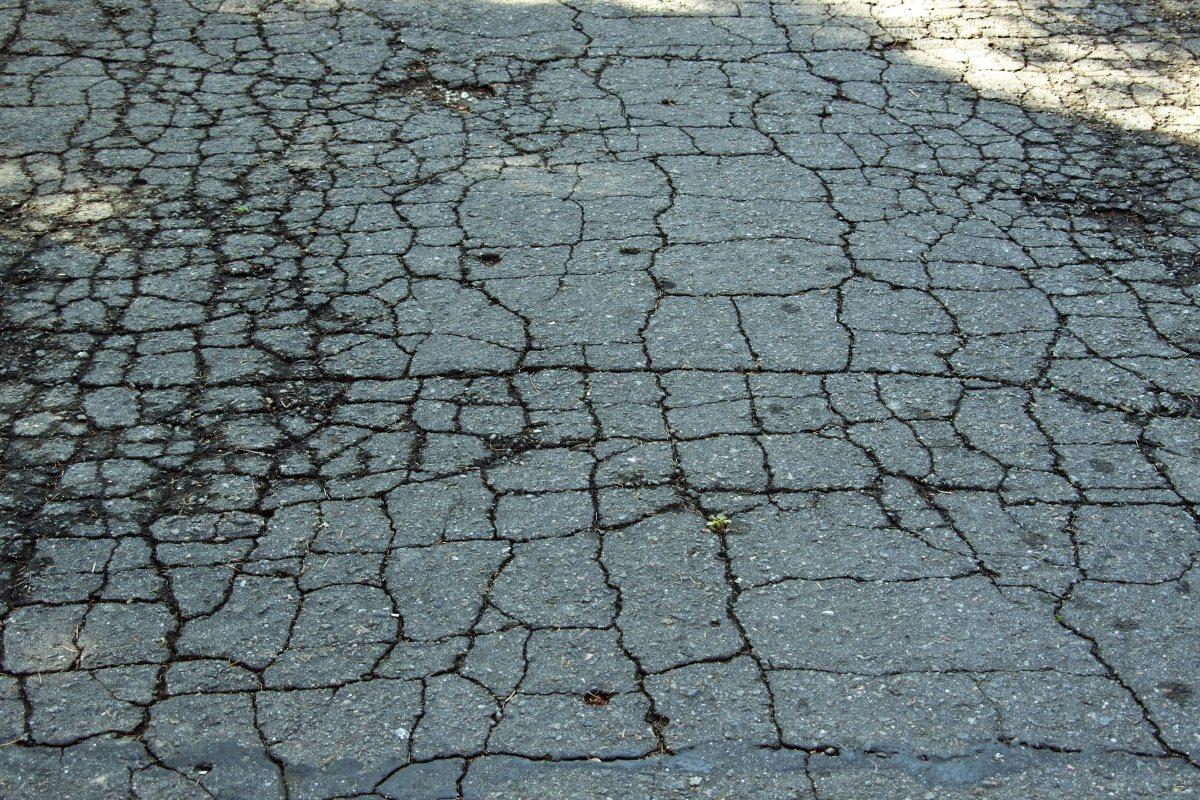 Ремонт трещин в асфальтовом покрытии