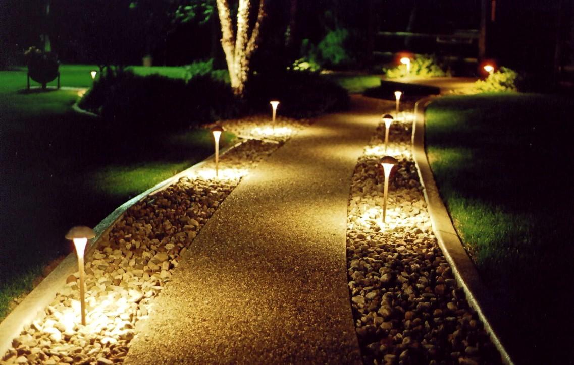 Как правильно освещать садовые дорожки