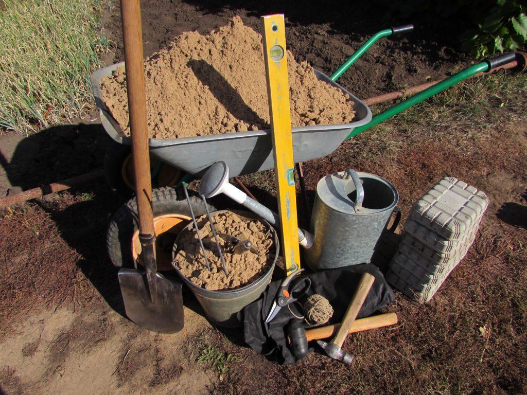 Подготовка материала и инструмента для укладки тротуарной плитки
